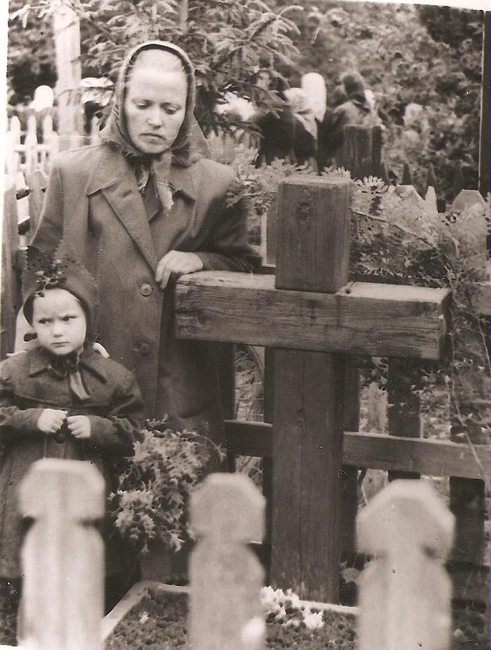 Danutė Pundytė-Blusevičienė su mama Ona Pundiene prie senelio Petro Dambrausko kapo Sibire. 1957 m.