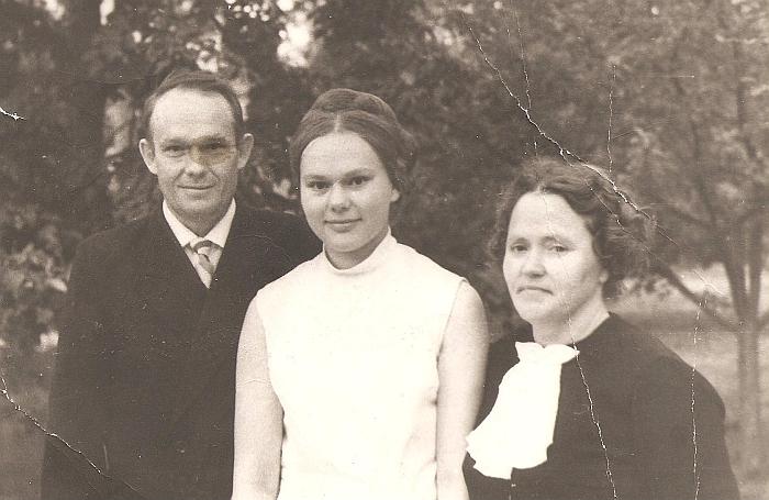 Su tėvais Ignalinoje po atestatų įteikimo.