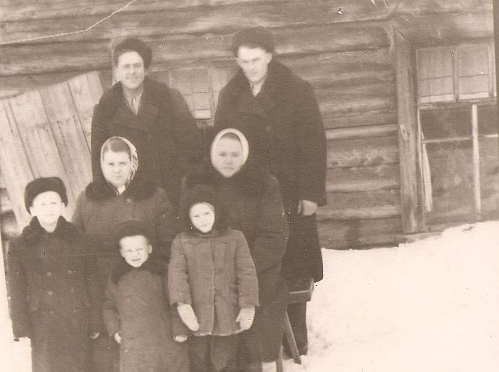 Danutės Blusevičienės (pirmoje eilėje pirma iš dešinės) gausi šeima Sibire.
