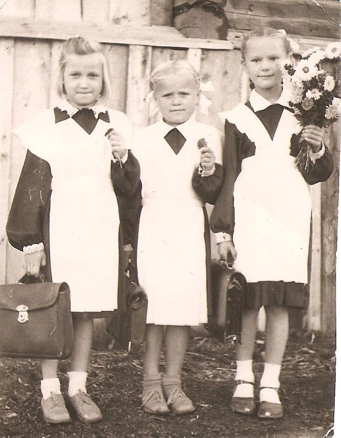 Į pirmą klasę Sibire (pirma iš dešinės - Danutė Blusevičienė). 1959 m.
