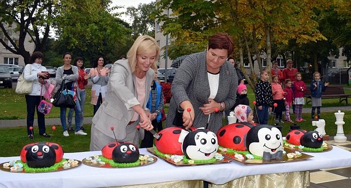 """Merė Živilė Pinskuvienė ir """"Boružėlės"""" direktorė Sondra Bartulienė pjausto gimtadienio tortą."""