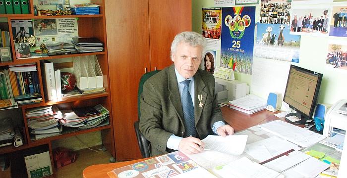 Širvintų rajono savivaldybės administracijos Švietimo ir sporto skyriaus vyr. specialistas Borisas Sockis savo darbo kabinete.