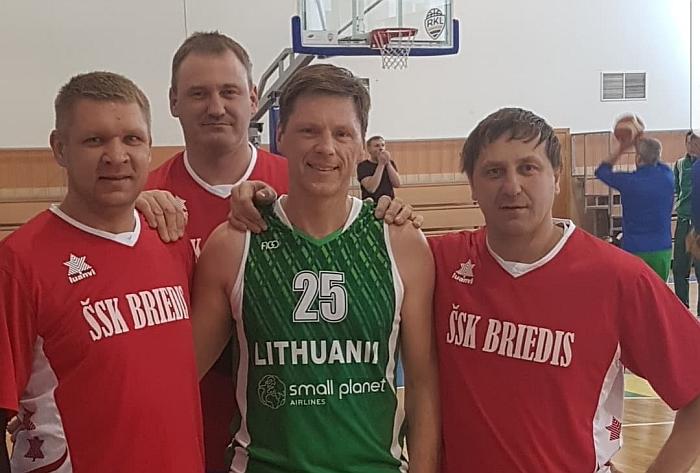 """Veteranų varžybose susitiko net keturi bendraklasiai - trys """"briedžiai"""" ir vienas """"sakalas"""". Iš kairės į dešinę: Vytautas Venslovas, Eugenijus Žinys, Eligijus Redeckas ir Rimas Stepaitis."""