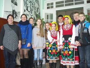 """Širvintų """"Atžalyno"""" progimnazijos delegacija Galabovo Šventojo Paisijaus Chilendarskio pagrindinėje mokykloje. Pirma iš kairės mokyklos direktorė Tjanka Kardžilova."""