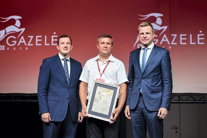 """""""Gazelės 2018"""" apdovanojimuose UAB """"Širvintų kuras"""" buvo pripažinta viena sėkmingiausiai dirbančių ir sparčiausiai augančių Lietuvos bendrovių. Marijaną Bylinskį (viduryje) apdovanojo ūkio ministras Virginijus Sinkevičius ir Vilniaus meras Remigijus Šimašius."""