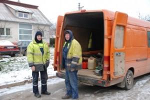 Nors spaudžia 15 laipsnių šaltis, UAB KRS darbininkai tikrina vandentiekio šulinių čiaupų techninę būklę Pietiniame Širvintų miesto kvartale ir rengiasi pakeisti labiausiai susidėvėjusius.