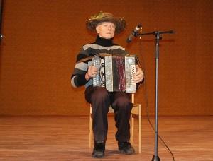 Juknonių kaimo muzikantas Stepas Pranckevičius groja jaunatvišką polką.