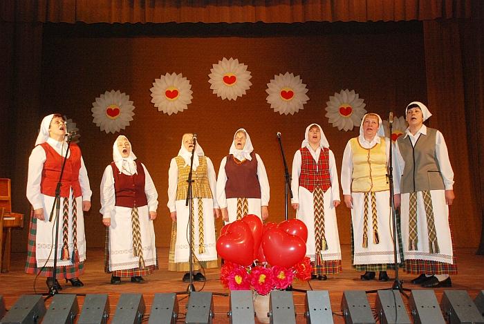 """Dainuoja moterų folklorinis ansamblis """"Liepelė""""."""