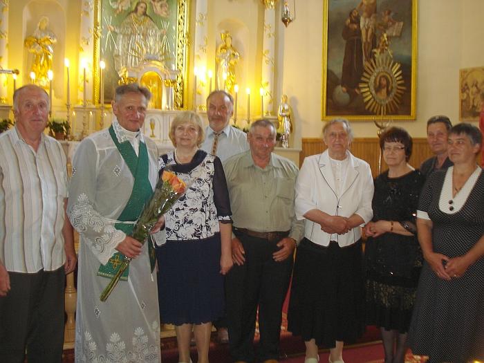 Kunigui Juozapui Dabravolskui už pastatytą naująją bažnyčią dėkojo Kiauklių pastoracinės tarybos nariai.