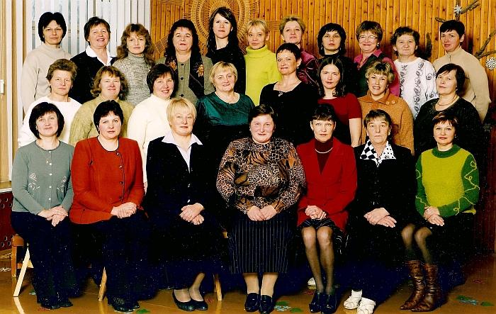 """Širvintų lopšelio-darželio """"Saulutė"""" kolektyvas (pirmoje eilėje centre sėdi direktorė Gražina Zimkuvienė). 2004 m."""