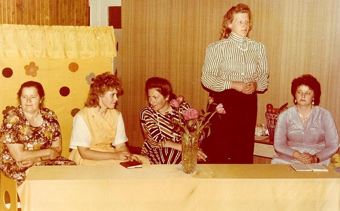 Sveikinimai išeinantiems iš darželio į mokyklą mažyliams (iš kairės į dešinę: auklėtojos padėjėja Karolina Pečiulienė, auklėtoja Rima Zibalienė, darželio vedėja Leonora Pimpienė, metodininkė Stanislava Levickienė, auklėtoja Genovaitė Dudienė). 1989 m.