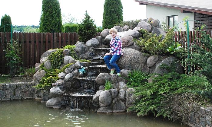Vanduo laipteliais bėga žemyn, žmogaus mintys - tolyn... Vandens krioklys - vienas iš mėgstamų ponios Nijolės poilsio kampelių.