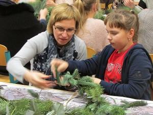 Vyksta floristinės Kalėdų dekoracijos gamyba.