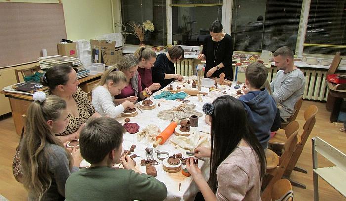 Kūrybinėse dirbtuvėse galima buvo pasigaminti keraminę dekoraciją.