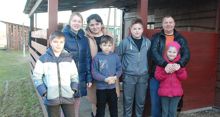 Dragūnų šeima. Iš kairės į dešinę: Juozapas, Diana, mama Andžela, Justas, Nojus, tėtis Gintaras ir Roberta.