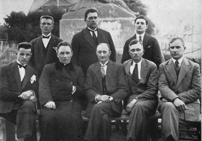 1930-aisiais, minint Vytauto Didžiojo 500-ąsias mirties, tuo pačiu - neįvykusio karūnavimo Lietuvos karaliumi metines, buvo sumanyta per Lietuvą nešti Vytauto Didžiojo paveikslą - mediniuose rėmuose įrėmintą Petro Rimšos sukurtą medalį. Visoje Lietuvoje buvo įsteigti šio renginio organizaciniai skyriai. Širvintose jo nariais tapo: (sėdi) D. Kalvelis, kun. J. Juraitis, dr. J. Kancleris-Drapas (pirmininkas), P. Krigeris, J. Buvelskis; (stovi) J. Usavičius, S. Rakauskis ir H. Kacas.
