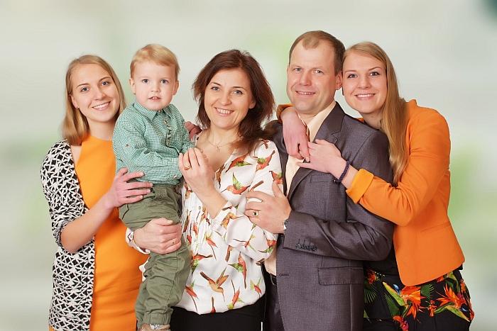 Drazdauskų šeima: viduryje sūnus Matas, mama Daiva, tėtis Dainius. Iš kraštų dukterys Eglė ir Miglė...