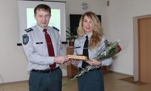 Policijos komisariato viršininkas Almantas Lukša sveikina Astą Drėgvienę su komisaro laipsniu.