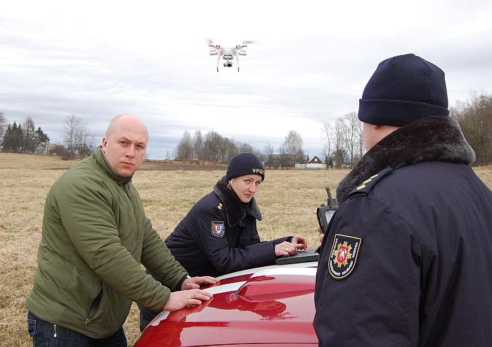 Vilniaus apskrities priešgaisrinės gelbėjimo tarnybos Valstybinės priešgaisrinės priežiūros pareigūnai kartu su Širvintų rajono savivaldybės administracijos civilinės saugos specialistu Mykolu Braška kelia žvalgą į orą.