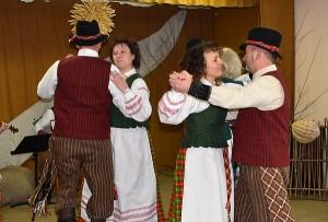 Liaudiškų šokių grupė (vadovė Ramunė Savickienė).