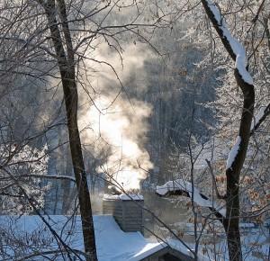 Balti dūmai dažniausiai rūksta iš kaminų tų namų, kurių gyventojai krosnyse degina kokybišką kurą.