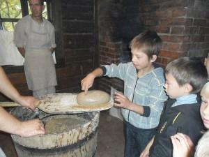 Kiekvienas mokinys pats iš tešlos pasigamino duonos kepaliuką, jį pažymėjo savo ženklu.