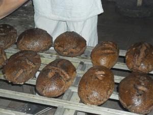 Duonos kepėjai, dar šiltą duonelę nuplovę šiltu vandeniu ir atidavę kiekvienam jos savininkui, pamokė, kaip atskirti, ar duona tikrai yra iškepusi.