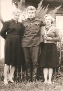 Jaunystės laikus menanti nuotrauka. Prie tėvų namų: Albina Grikienytė–Jankauskienė (kairėje) ir Valė Grikienytė (dešinėje) su broliu Juozu.