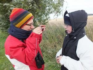 Džiugas Tamašauskas (dešinėje) su Vokietijos ornitologe kalbasi apie paukščius.