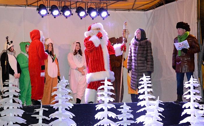 Kalėdų senis pakvietė rajono merę Živilę Pinskuvienę tarti sveikinimo žodį.