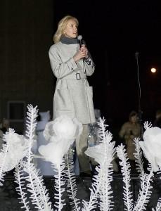 Tūkstantinę širvintiškių minią sveikina rajono merė Živilė Pinskuvienė.