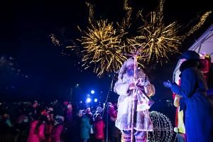 Džiaugsmingas momentas - įžiebtą eglutę pasitiko įspūdingi fejerverkai, o vyriausiasis Lietuvos senelis Kalėda palinkėjo visiems sulaukti kalėdinio stebuklo.