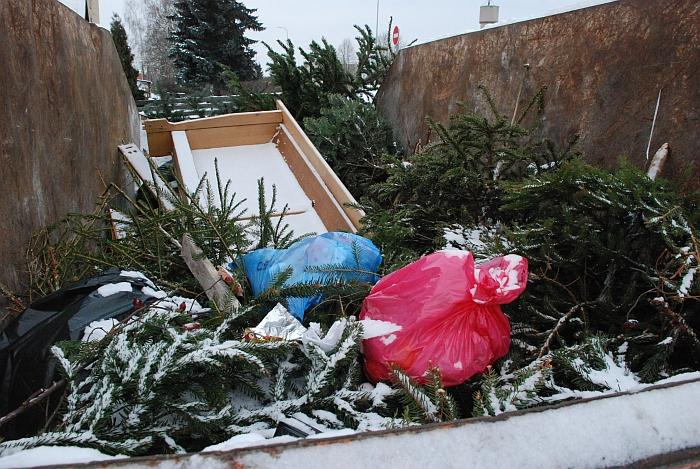 Į konteinerius gyventojai prie eglučių sumeta net baldus ir maišelius su plastmasiniais žaisliukais.