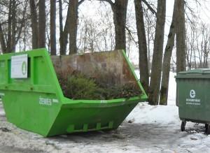 """Upelio ir Kalnalaukio gatvėse dar gruodžio pradžioje pastatyti didžiųjų atliekų konteineriai tapo """"civilizuotu atsisveikinimu"""" su kalėdinėms eglutėms."""