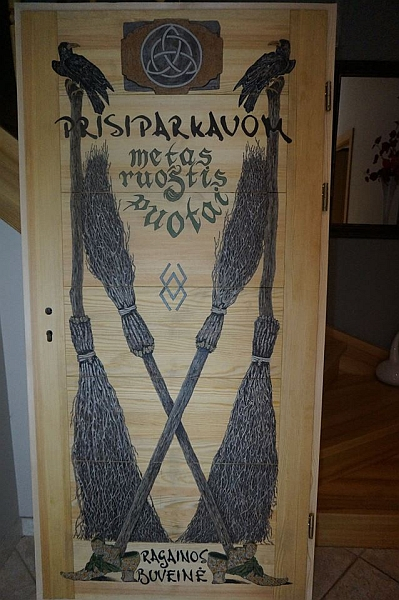 """""""Raganų buveinės"""" namelio durys, kurias, kaip ir visa kita, išmargino pati Eglė."""