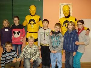 Mokiniai noriai fotografavosi su geltonaisiais robotukais.