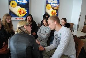 Bagaslaviškietis Vygantas Gurskas Estijoje anglų kalba duoda interviu vietinio laikraščio korespondentei.