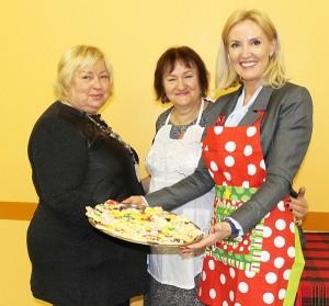 Moterys kepė sausainius...
