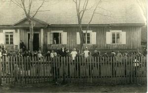 Širvintų pradinė mokykla. Mokytoja J. Zdanavičienė žaidžia su mokiniais. 1927-05-02. Lietuvos integralioje muziejų informacinėje sistemoje (Ukmergės kraštotyros muziejuje) rasta nuotrauka. Tai viena seniausių Širvintų pradinės mokyklos nuotraukų.
