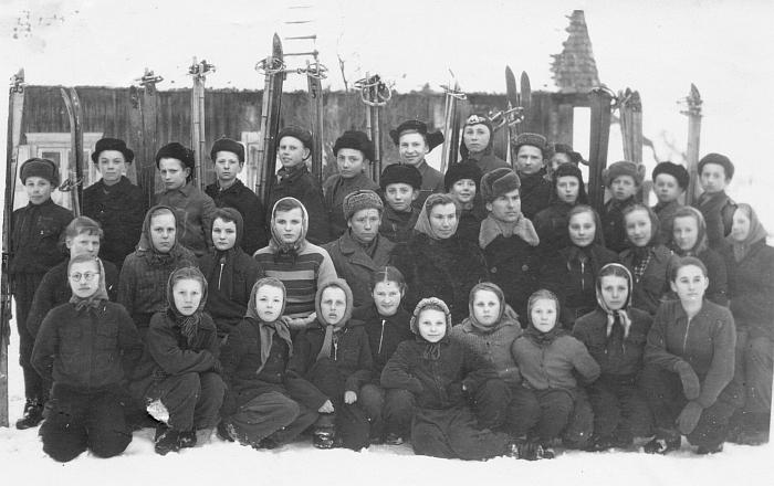 Jaunieji Musninkų slidininkai drauge su mokytoju Vytautu Gaigalu (antroje eilėje penktas iš dešinės).