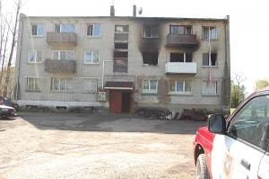 Trijų aukštų mūrinis namas, kuriame kilo gaisras.