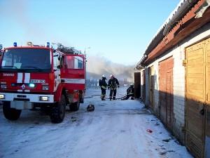 Nupjovę spyną, ugniagesiai į garažą ėmė lieti vandenį.