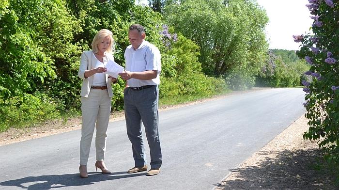 Merė ir Ūkio plėtros skyriaus vedėjo pavaduotojas apžiūri Girelės gatvės asfaltavimo darbus.