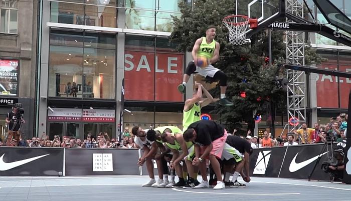 Širvintiškis deda kamuolį per devynis krepšininkus.