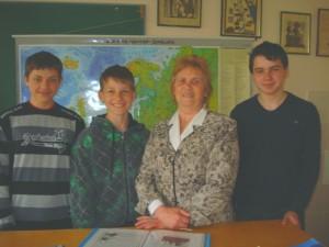"""Širvintų """"Atžalyno"""" pagrindinės mokyklos geografai: (iš kairės į dešinę) septintokas Paulius Bareika, šeštokas Arnoldas Čiplys, mokytoja metodininkė Aldona Barkauskienė, aštuntokas  Jonas Chmeliauskas."""