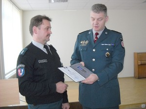 """Ernestas Jurkonis sidabro medaliu """"Už ištarnautus metus"""" apdovanojo Algį Gelažauską (kairėje)."""
