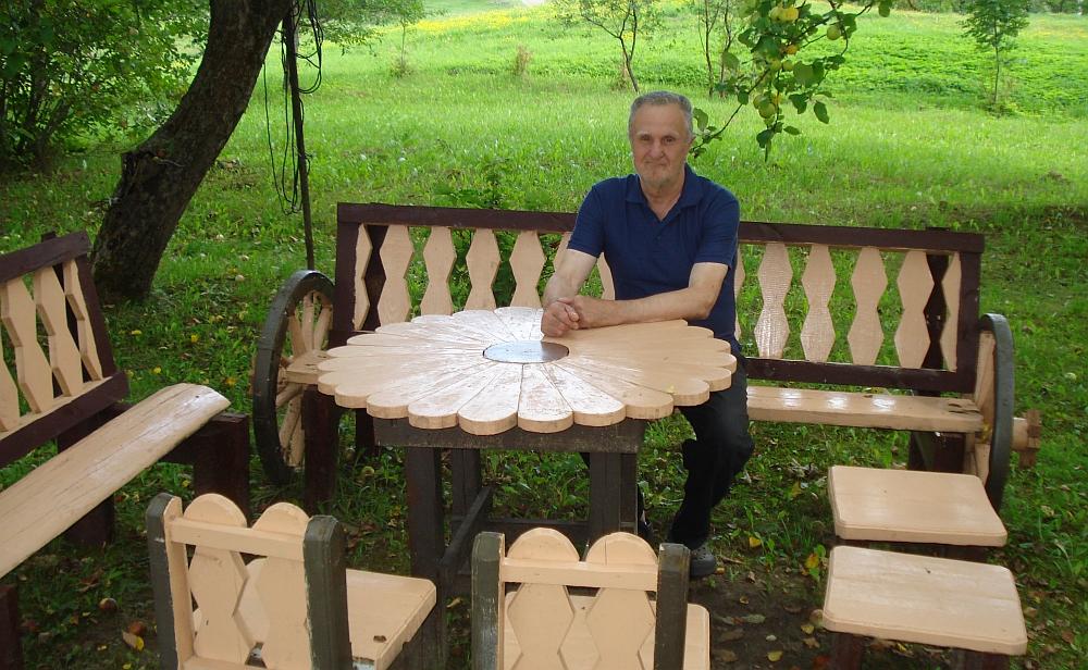 Beivydžių kaimo gyventojas Algirdas Gelūnas savo rankomis sumeistravo puošnius baldus lauko pavėsinei.