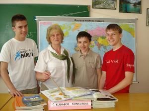 """Širvintų """"Atžalyno"""" progimnazijos geografai: (iš kairės į dešinę) septintokas Lukas Cikanavičius, mokytoja Aldona Barkauskienė, šeštokas Kostas Chmeliauskas ir aštuntokas Arnoldas Čiplys."""