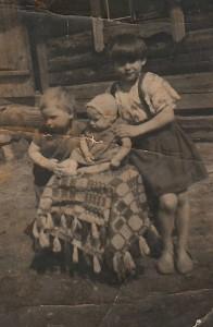 Gertrūda Cikanauskaitė-Mickonienė su broliais Rimu ir Laimiu.