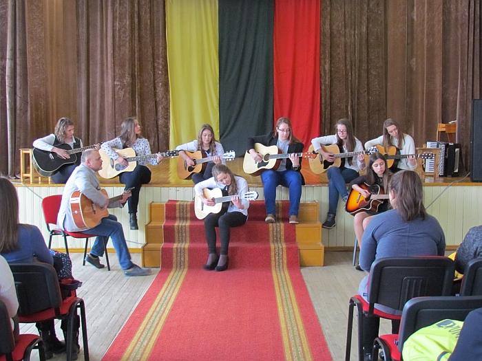 Širdis virpino jautrios A. Golco vadovaujamos gitaros studijos narių dainos.